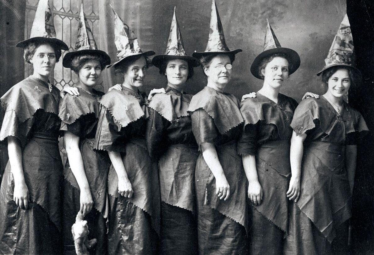 """Mulheres com trajes improvisados de bruxa posam para a fotografia nos EUA em 1910.  """"As bruxas e ..."""