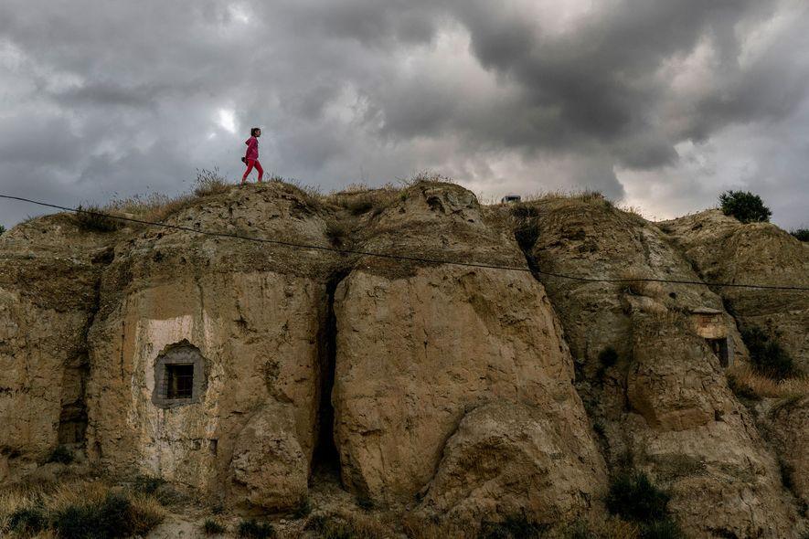 Judith, uma menina de 12 anos, que vive em Guadix, caminha sobre a superfície exterior de ...