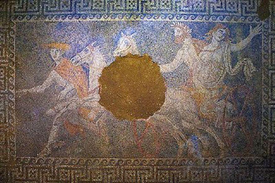 Um mosaico descoberto no ano passado, dentro de umtúmulo, com paredes de mármore perto do antigo ...