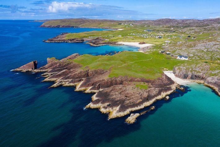 Esta vista aérea mostra os penhascos costeiros de Clachtoll, no noroeste da Escócia. A antiga e ...