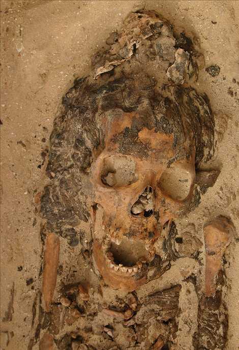 Esta sepultura de uma mulher adulta, em Amarna, no Egito, continha um objeto de cera em ...