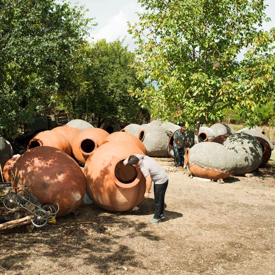Qvervis de tamanho grande ainda são usados pelos produtores de vinho na Geórgia, que enterram estes ...