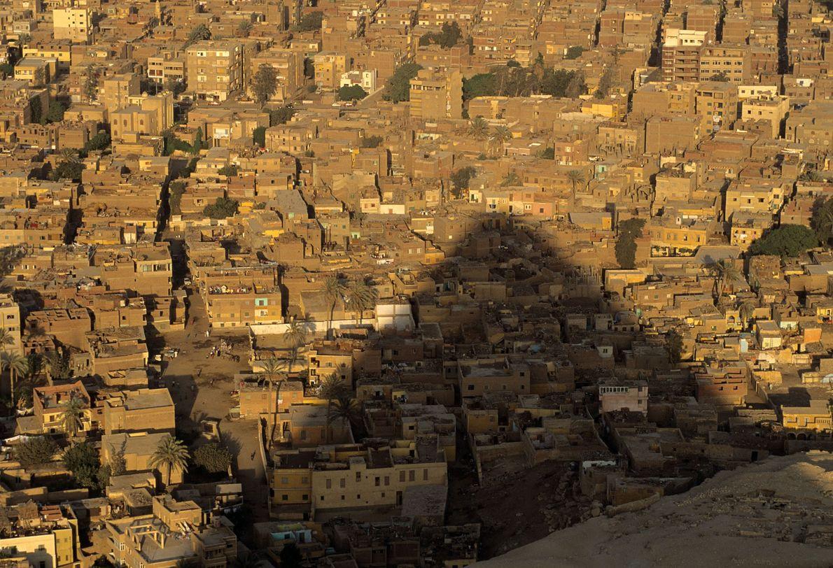 Uma das Pirâmides de Gizé projeta a sua sombra sobre a cidade