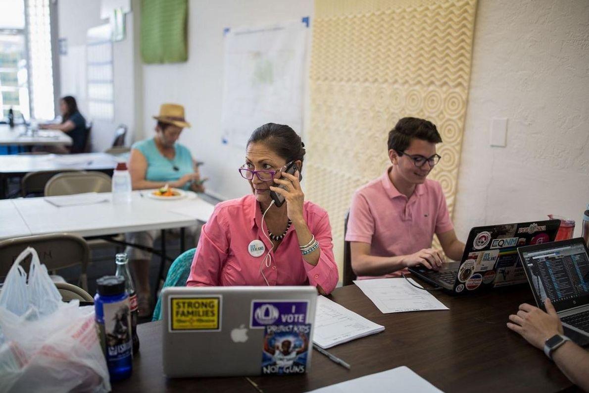 Haaland e a sua equipa de voluntários tentam angariar fundos, na sede da sua campanha, em ...