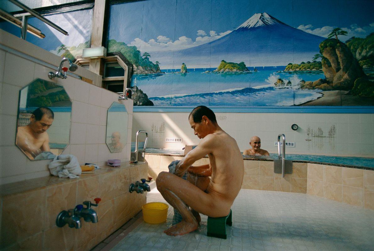 Uma casa de banhos para homens decorada com um mural do Monte Fuji, em Tóquio, no ...