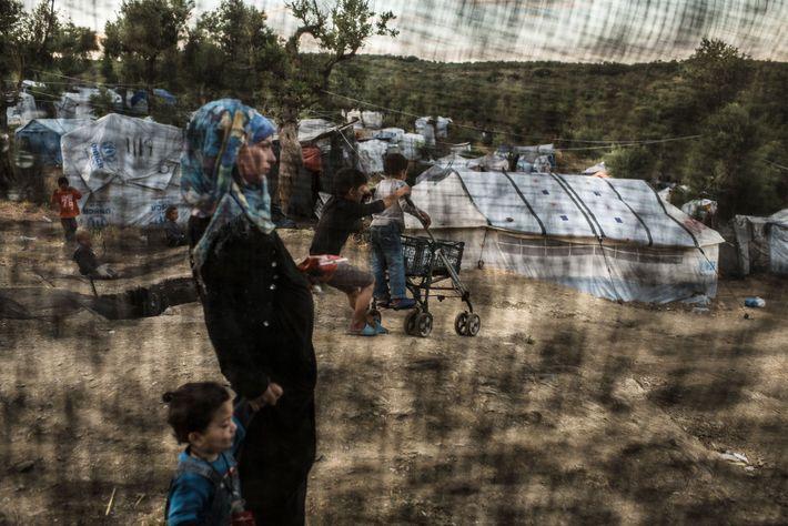 Uma mulher e uma criança num acampamento de refugiados.