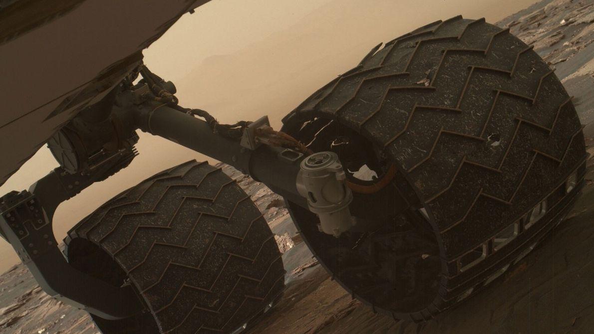 Duas das sapatas antiderrapantes da roda do meio do lado esquerdo da sonda Curiosity da NASA.