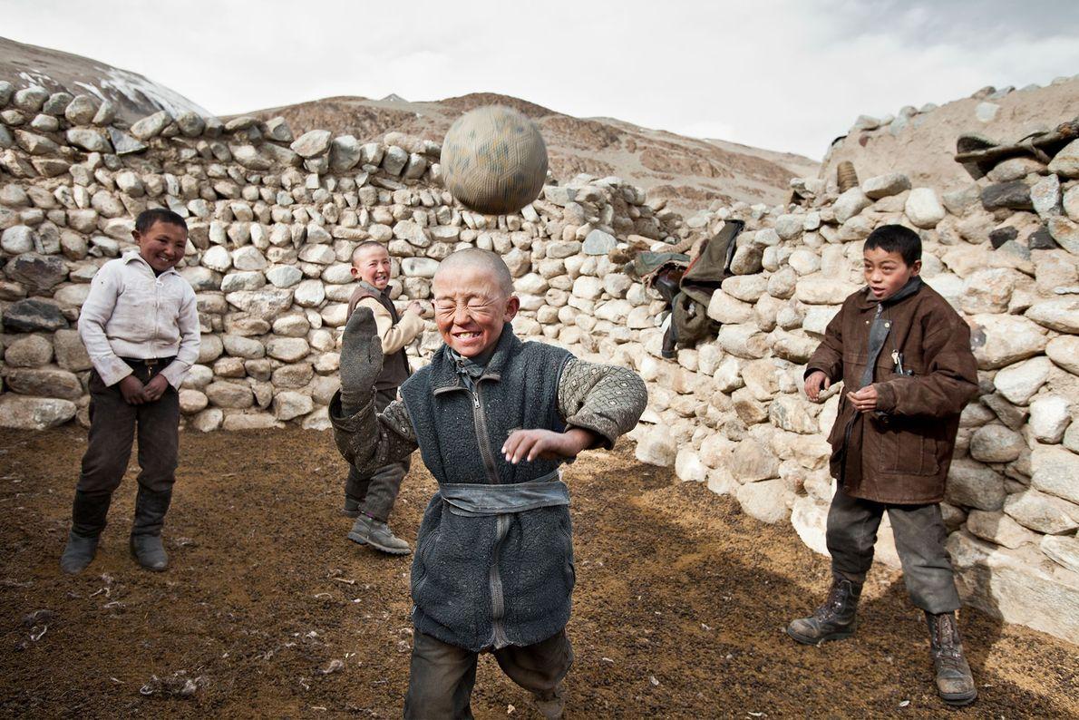 Rapazes quirguizes jogam.