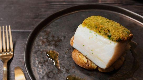 Um prato de bacalhau acompanhado por batata a murro do chef Henrique Sá Pessoa.