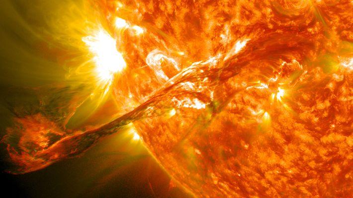 Os fenómenos extremamente energéticos observados à superfície do Sol refletem a intensa atividade do material no ...