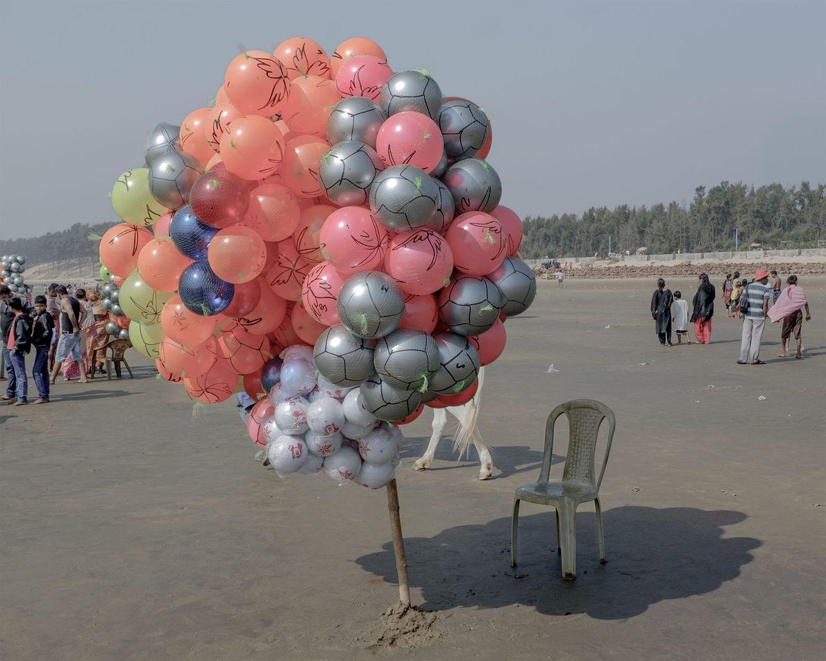 A sombra de um conjunto de balões incide sobre uma cadeira.