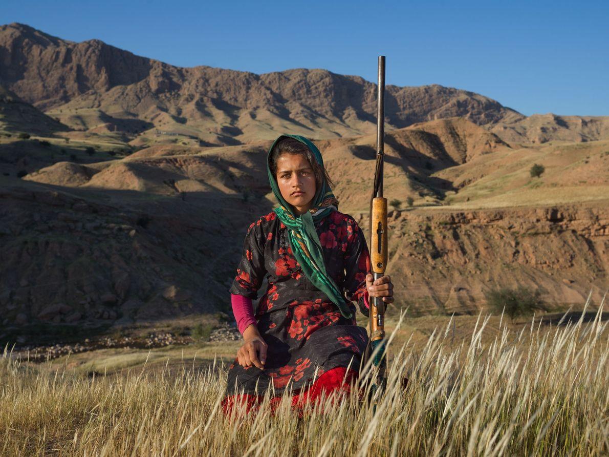 No Irão, uma adolescente mostra a caçadeira da sua mãe.