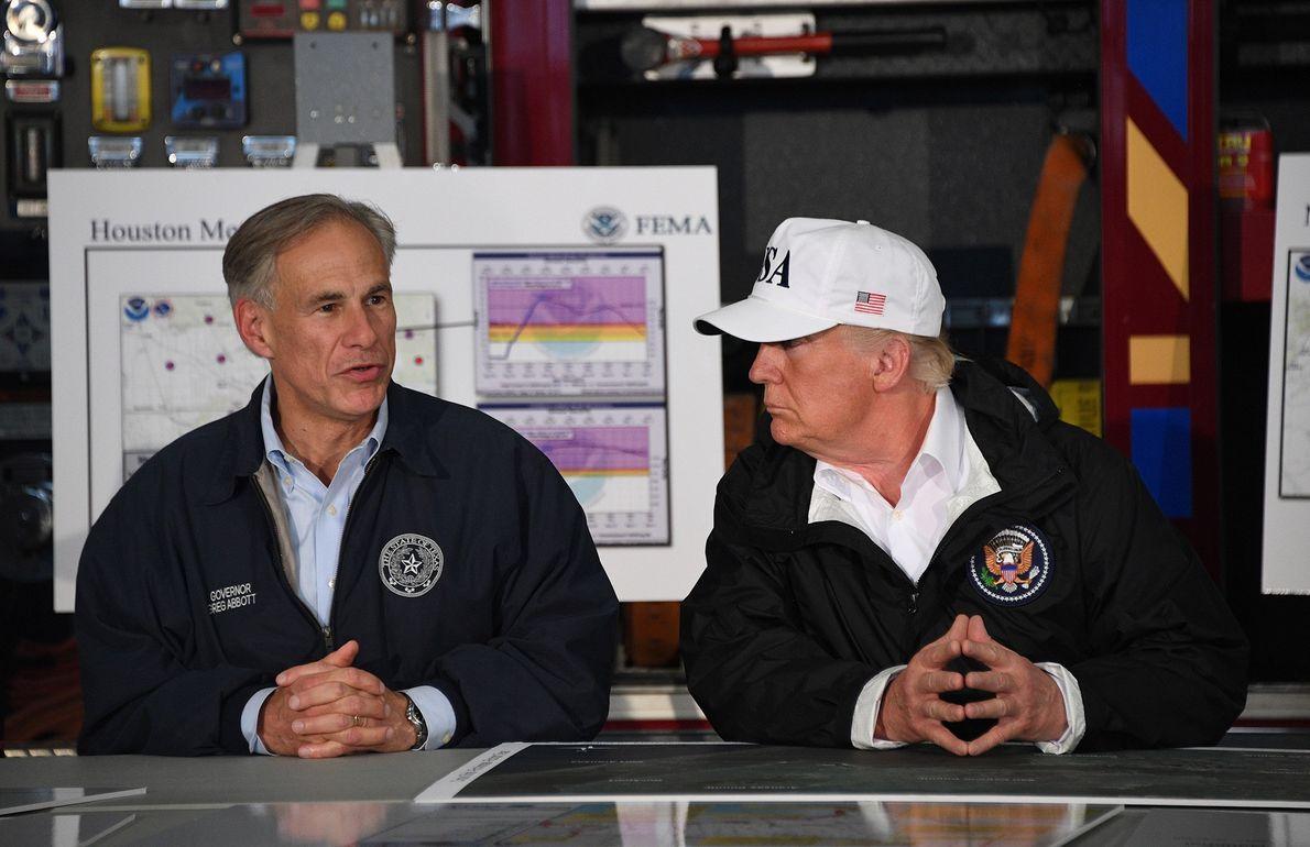 Donald Trump ao lado do Governador do Texas Greg Abbott