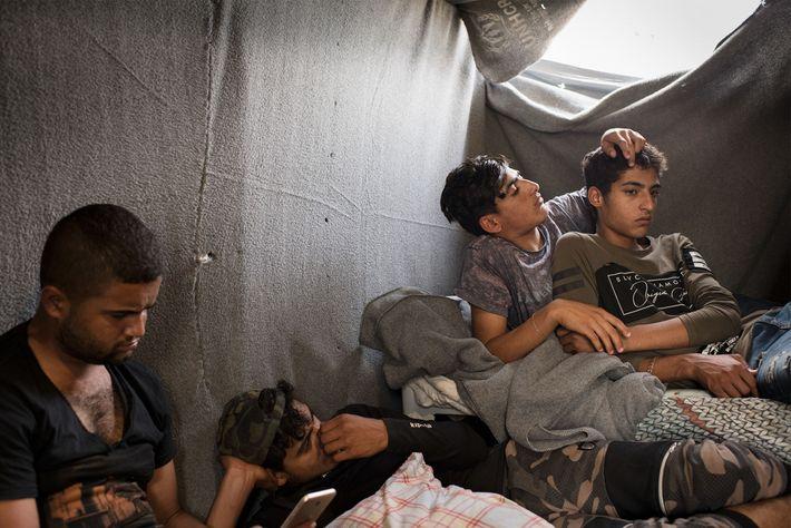 Jovens rapazes que viveram no campo de refugiados, conhecido por Olival, entre dois a seis meses.