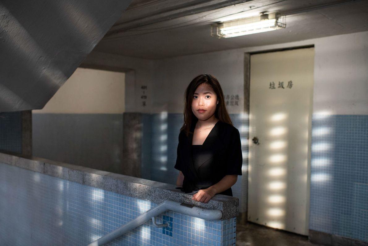 Sandy Au, 28 anos, está no interior de um dos edifícios circulares de Lai Tak Tsuen, ...