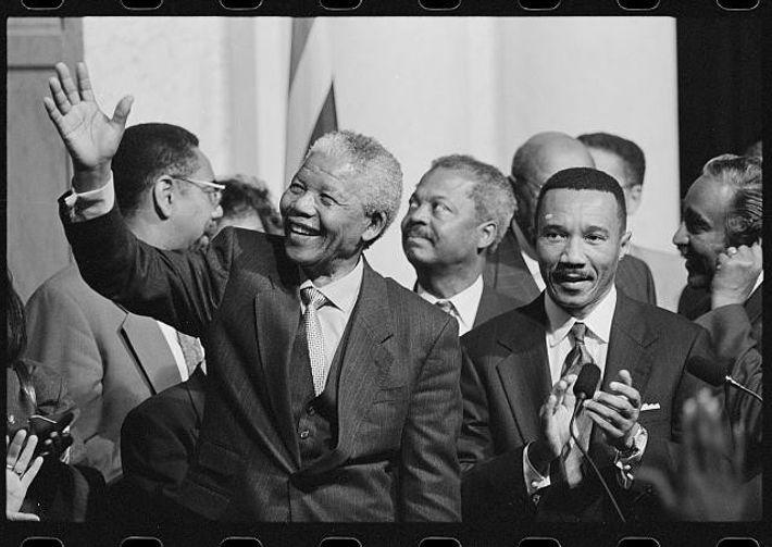 Nelson Mandela num evento na Biblioteca do Congresso, com membros do Congressional Black Caucus.