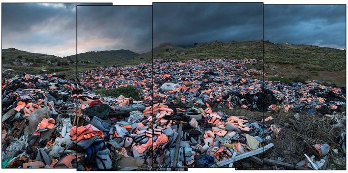 Milhares de coletes salva-vidas abandonados pelos migrantes acumulam-se numa lixeira em Lesbos.