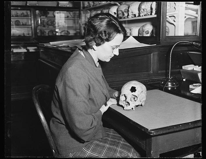Helen Hecker com antigo crânio descoberto no Alasca.