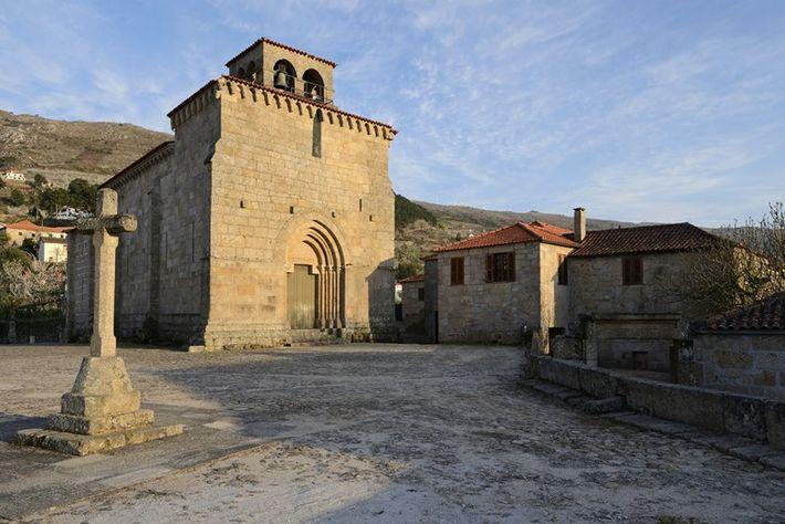 Igreja de São Martinho de Mouros. Fachadas ocidental e norte.