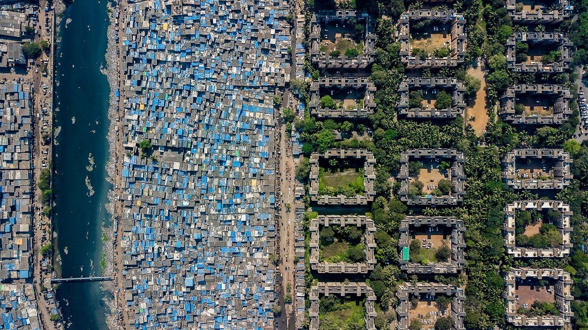 Um bairro de lata alinhado pelo Rio Mithi, perto da Bolsa Nacional de Valores, em Mumbai. ...