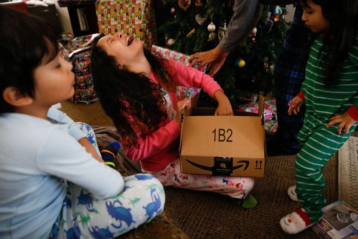 Lola fica radiante ao abrir o presente dos pais: um pijama de corpo inteiro com emojis ...