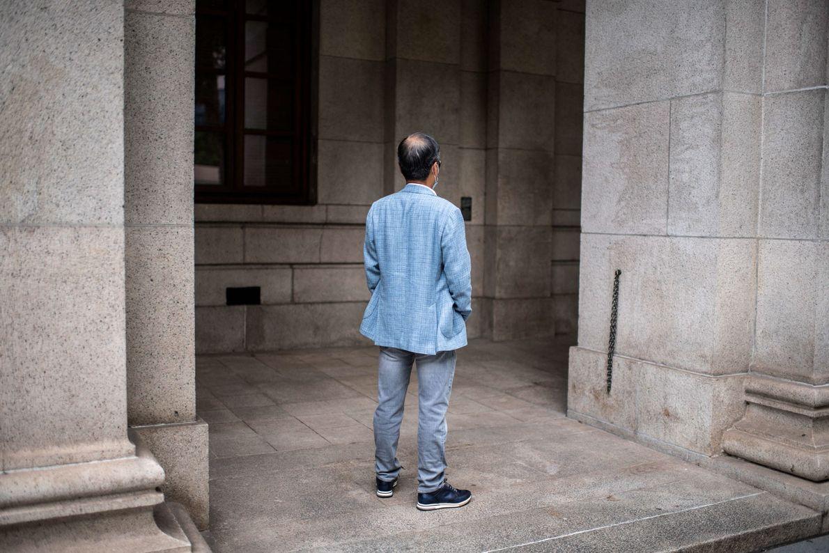 Um médico pró-Pequim, na casa dos 60 anos, em frente ao Supremo Tribunal de Hong Kong, ...