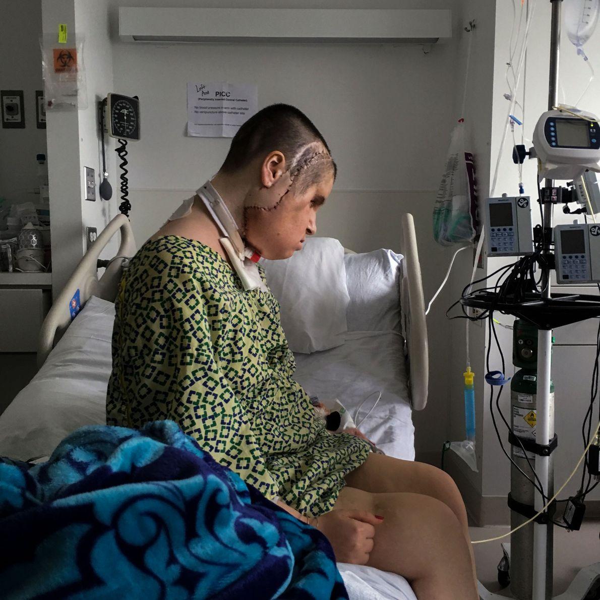 Katie Stubblefield está sentada sozinha, num momento pessoal, na unidade de cuidados intensivos da Clínica de ...