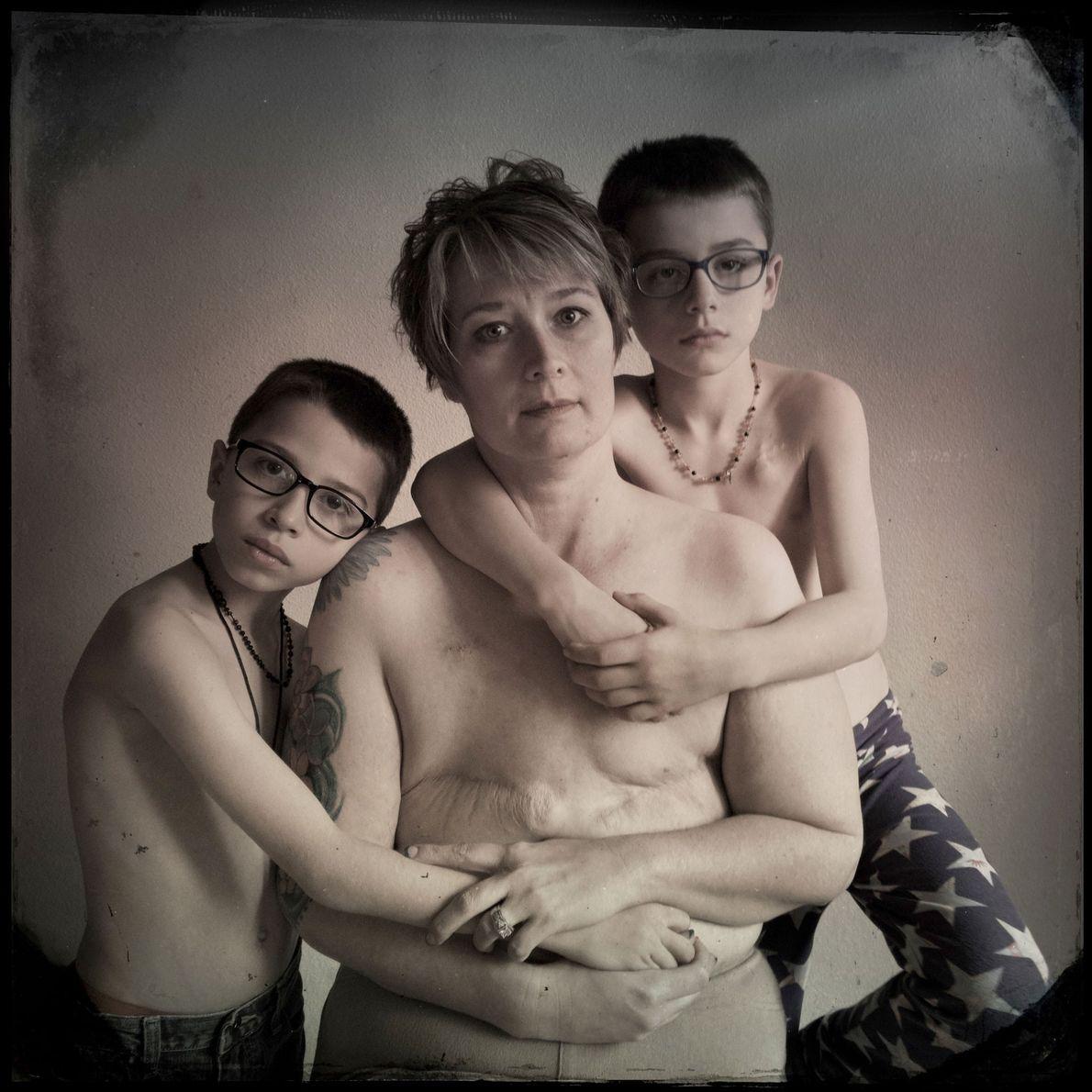 Shannan e os seus filhos, Joseph, de nove anos, e Oliver, de sete anos, foram todos ...