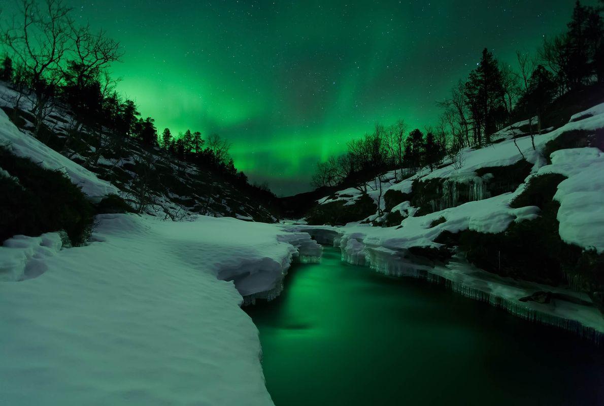 Uma forte aurora boreal brilha