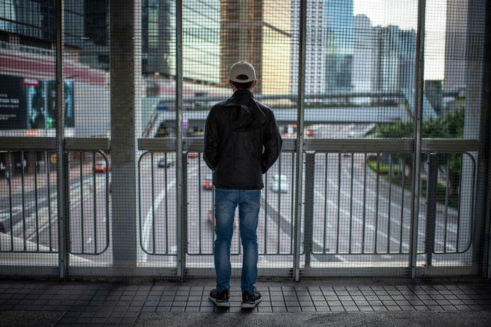 Um estudante de 19 anos numa ponte pedonal com vista para Harcourt Road, o local do ...