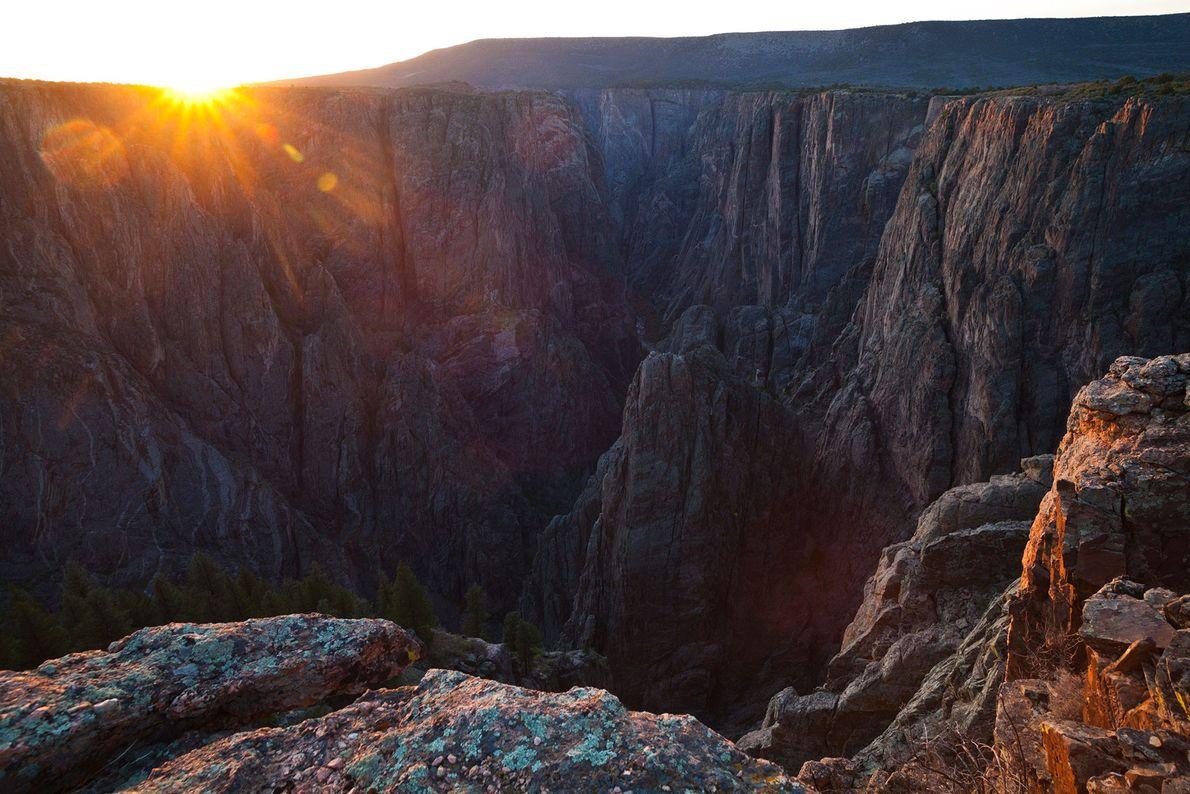 Imagem de um pôr do sol em Island Peaks, no Black Canyon do Parque Nacional de ...
