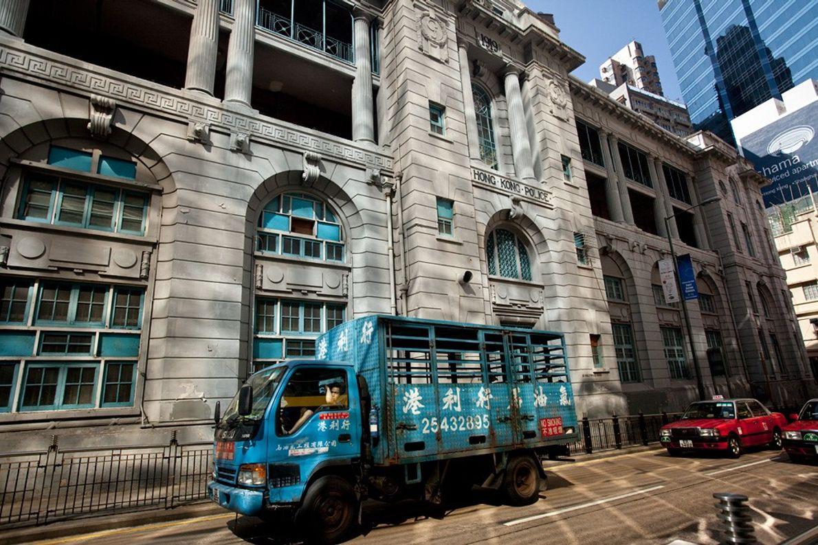 Camião Azul, Luz a Meio do Dia em Hong Kong: Cidades