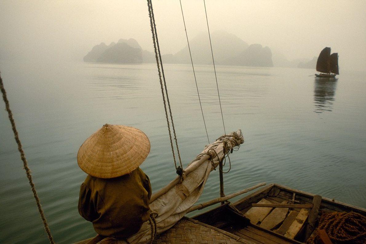 Barco de Pesca, Baía de Ha Long Névoa e Nevoeiro