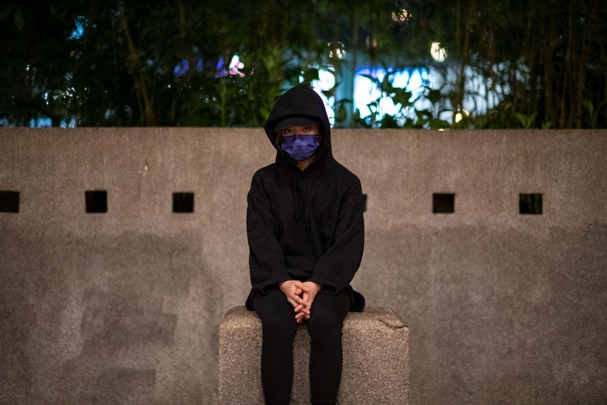 Uma estudante de 21 anos sentada na Universidade Politécnica onde mais de mil pessoas foram detidas ...