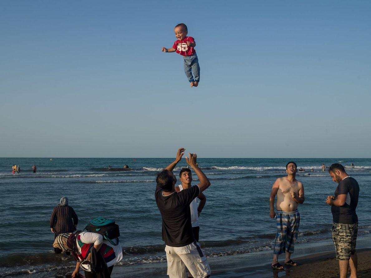 Depois de alguns anos difíceis, esta família desfruta de uma viagem ao Mar Cáspio. (Nota do ...