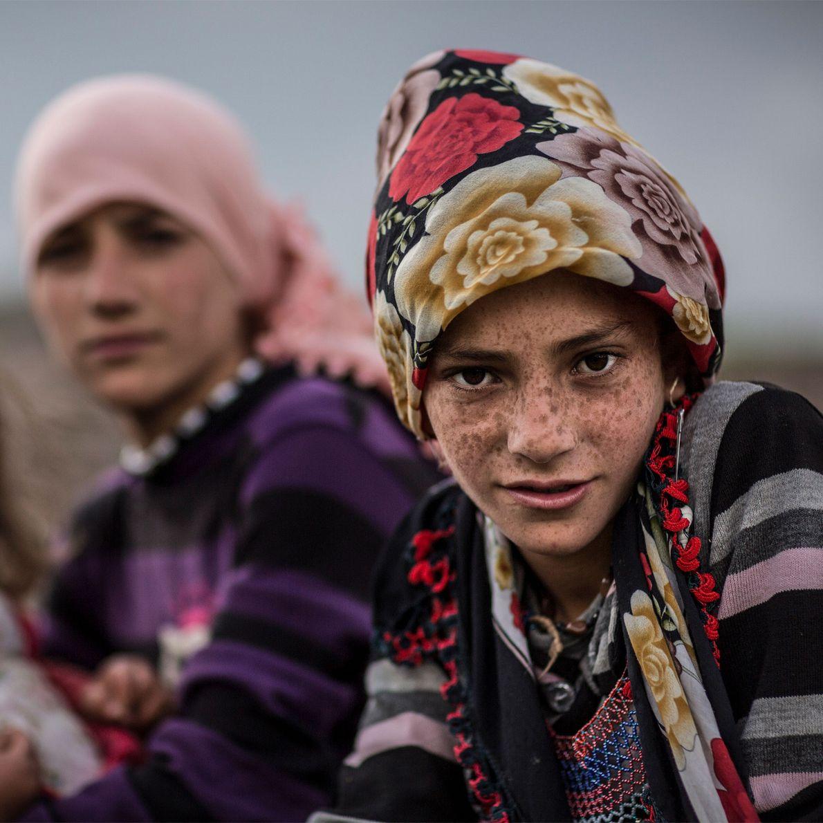 Songül, de doze anos, sentada com a sua irmã na pequena aldeia de Kozluca, perto de ...