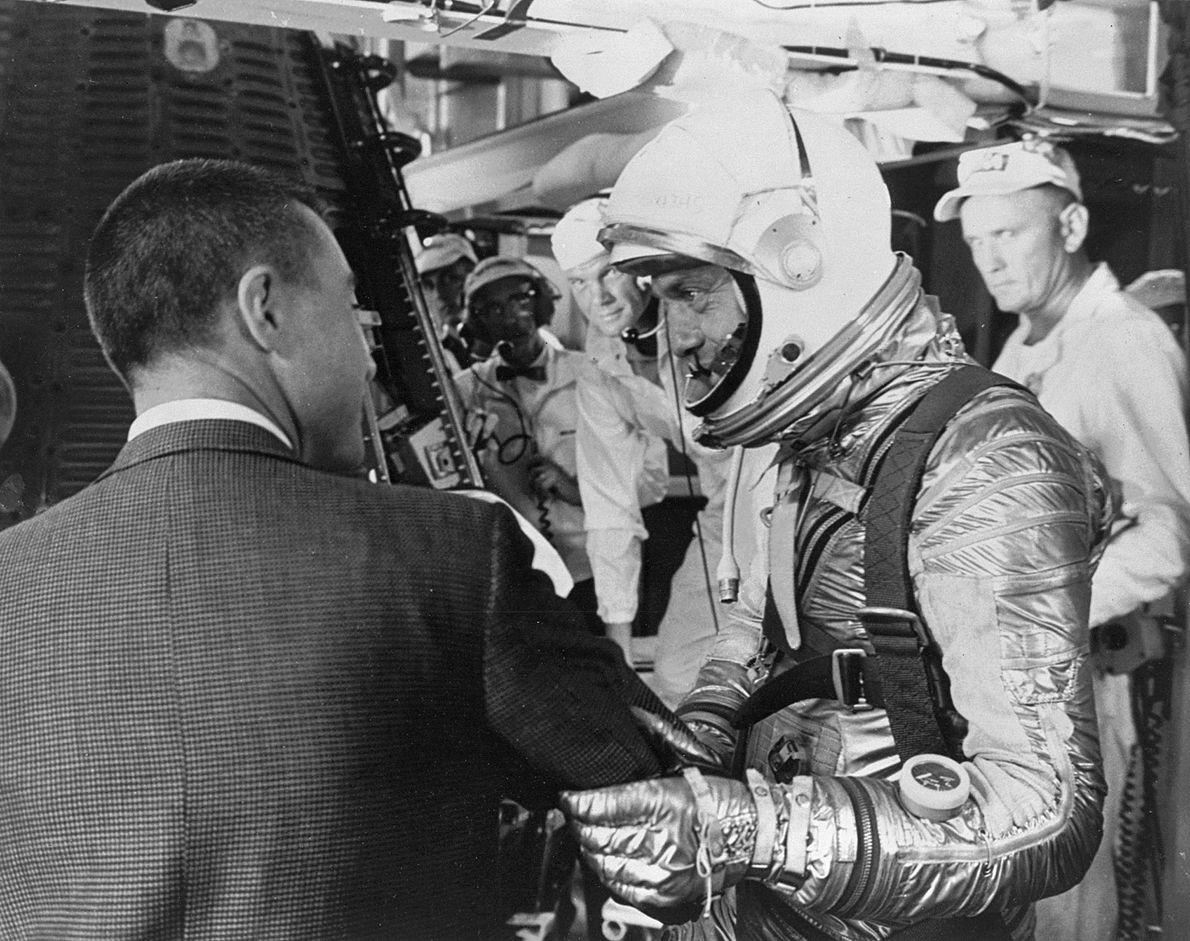 Alan Shepard prepara-se para entrar na sua cápsula Freedom 7, enquanto Virgil 'Gus' Grissom (à esquerda) ...