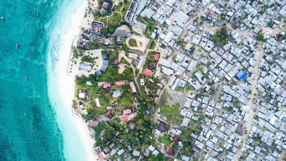 Na costa norte de Zanzibar os hotéis de luxo consomem uma quantidade desproporcional de recursos da ...