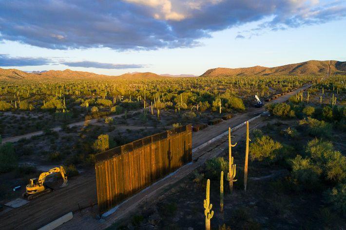 Uma vista aérea da construção do muro, no Monumento Nacional de Organ Pipe Cactus, captada do ...