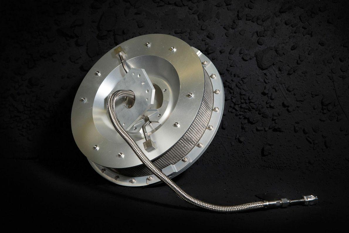 O TAGSAM funciona como um aspirador invertido, soprando gás nitrogénio pressurizado que agita o material na ...