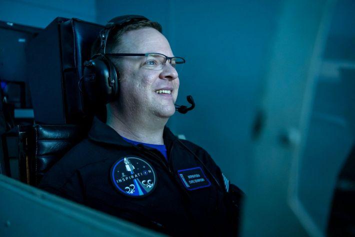 Chris Sembroski, especialista da missão Inspiration4, num simulador de voo no Space Camp em Huntsville, no ...