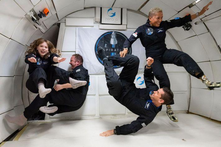 A tripulação Inspiration4, da esquerda para a direita, Hayley Arceneaux, Chris Sembroski, Jared Isaacman e Sian ...