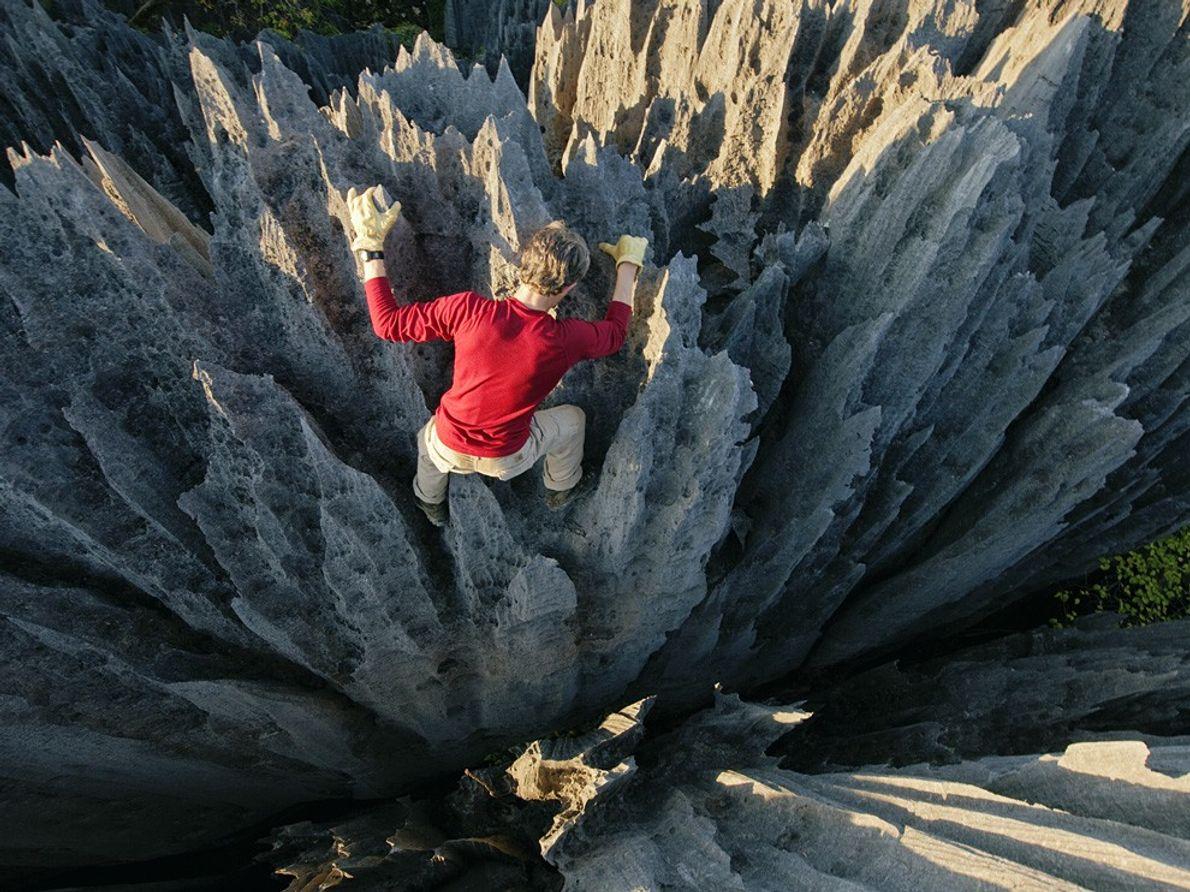 """O alpinista John """"Razor Sharp"""" Benson avança entre pináculos tão aguçados, que podem dilacerar a pele. ..."""