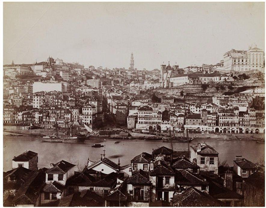 Ribeira do Porto, vista de Vila Nova de Gaia, em 1879 ou 1897.