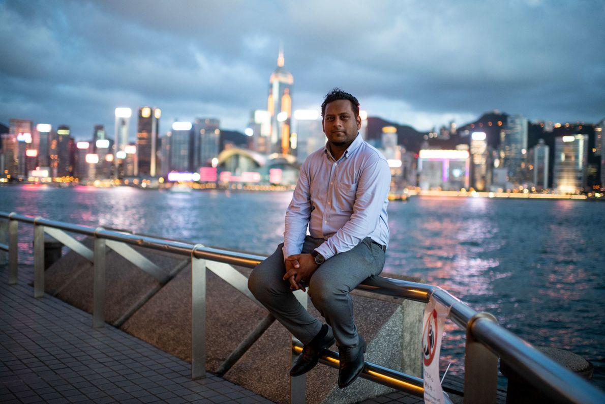 Jeffrey Andrews, assistente social de 35 anos, está sentado no cais de Tsim Sha Tsui, com ...