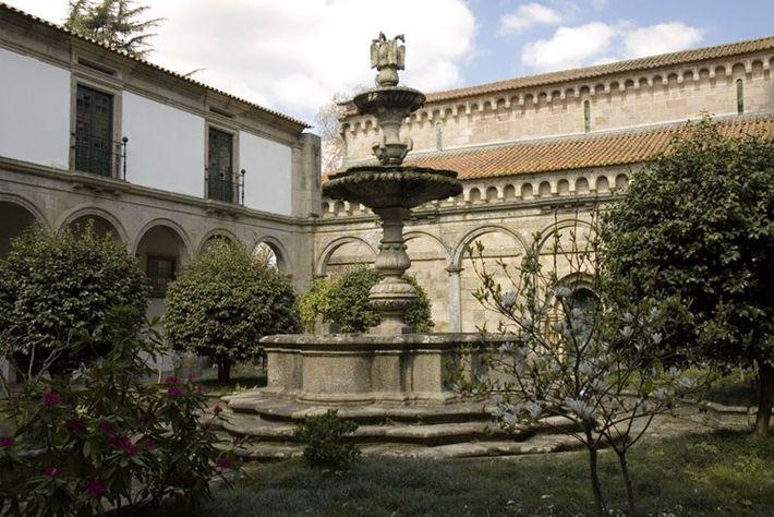 Claustro do Mosteiro de Paço Sousa.