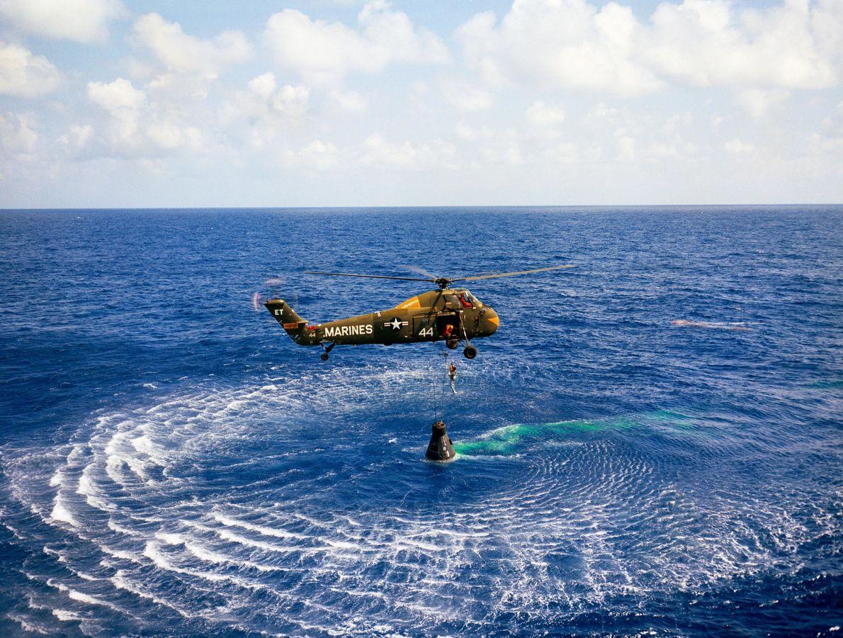 No dia 5 de maio de 1961, Alan Shepard e a sua cápsula Mercury foram resgatados ...