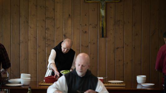 Monges Salvam a Sua Abadia Enquanto Protegem a Terra