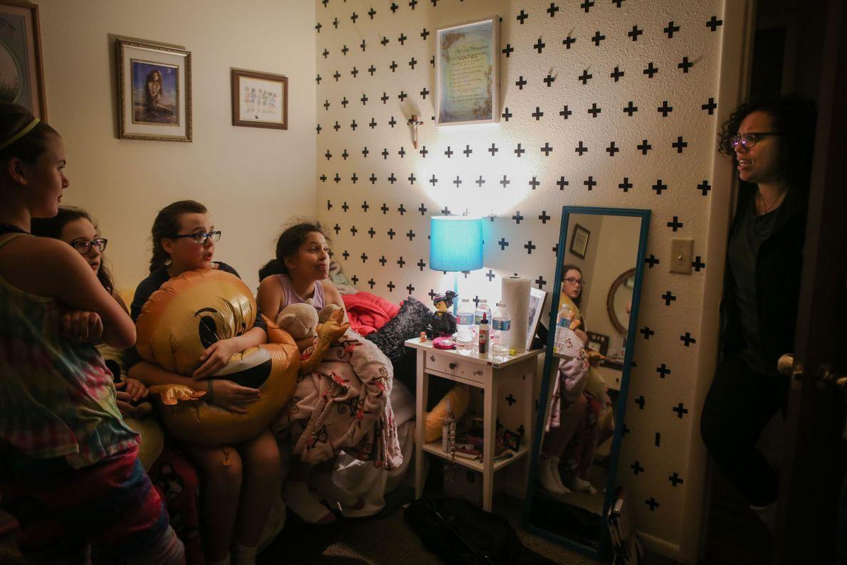 Melissa Muñoz fala com Lola e as amigas durante uma festa de pijama.