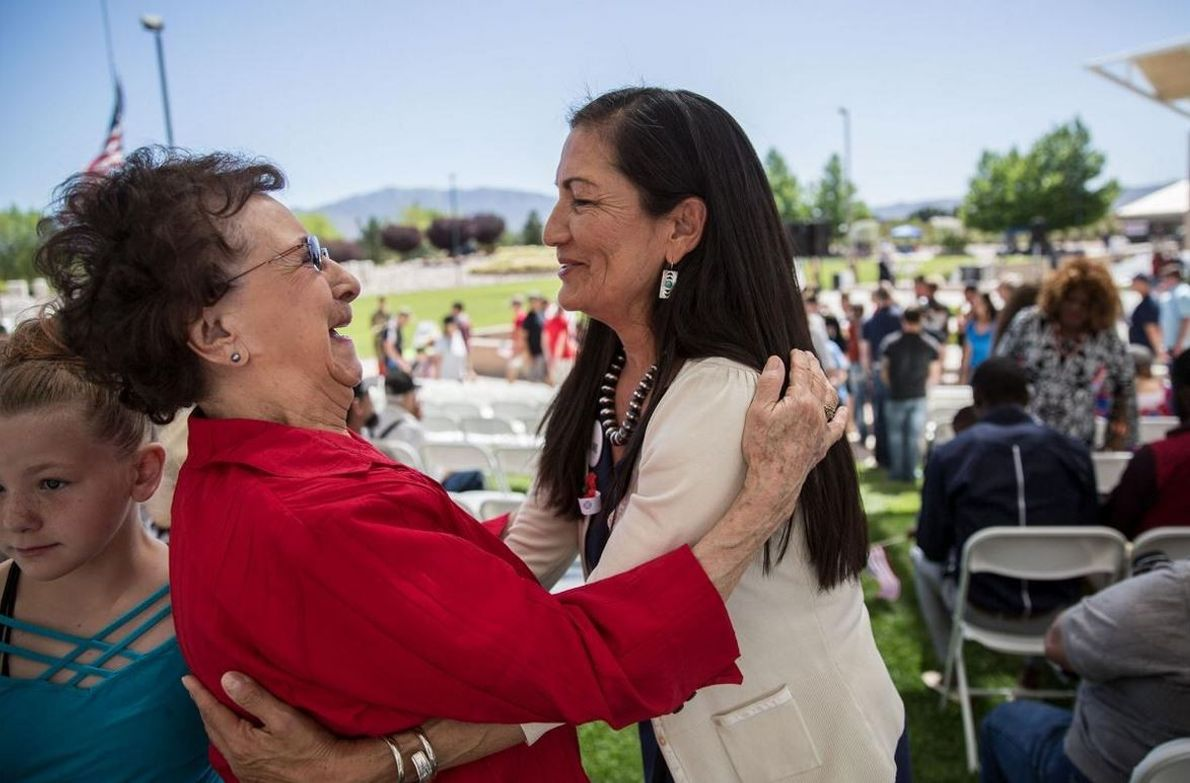 Haaland abraça uma apoiante no evento de comemoração do Memorial Day, em Albuquerque. Os nativos americanos ...